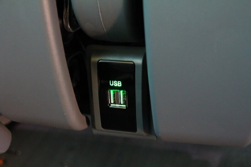 Detalle de conexión USB entre dos butacas