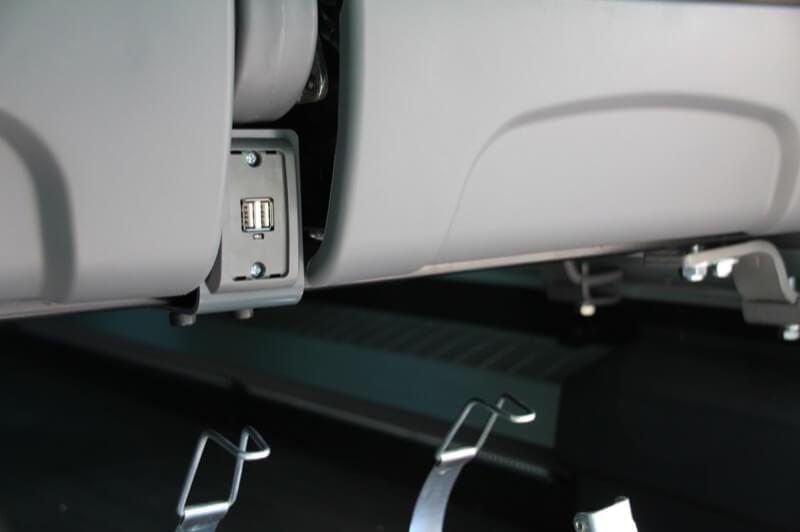 Conexión USB situada entre dos butacas