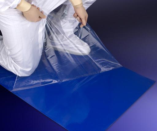 La intención es colocar la alfombra con la forma del primer escalón del bus, de manera que al entrar ya quede la suela desinfectada.